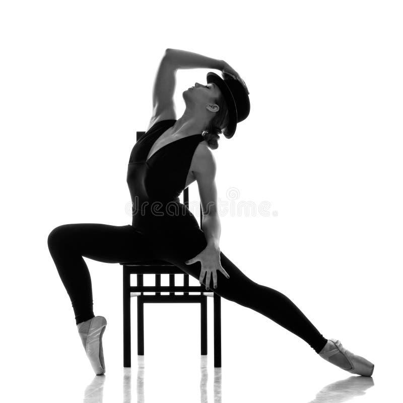 Dançarino de bailado moderno novo que levanta na cadeira fotografia de stock royalty free