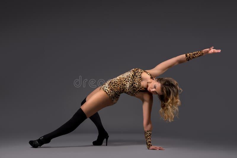 Dançarino de bailado moderno que executa no estúdio fotografia de stock