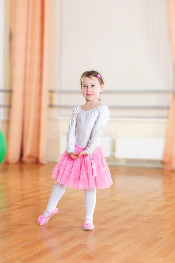 Dançarino de bailado na classe de treinamento imagem de stock royalty free
