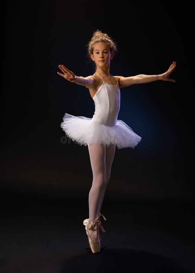Dançarino de bailado na pose bonita fotografia de stock