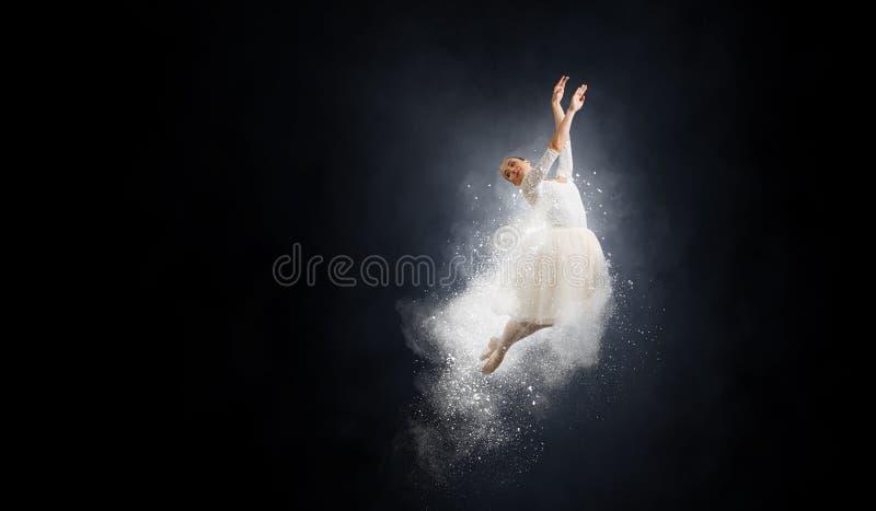 Dançarino de bailado no salto imagem de stock