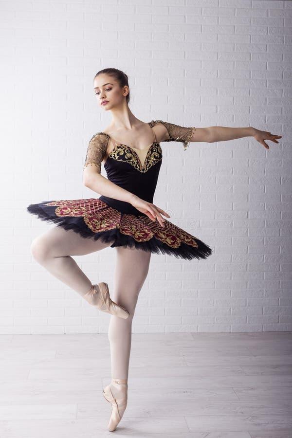 Dançarino de bailado no vestido bonito fotos de stock