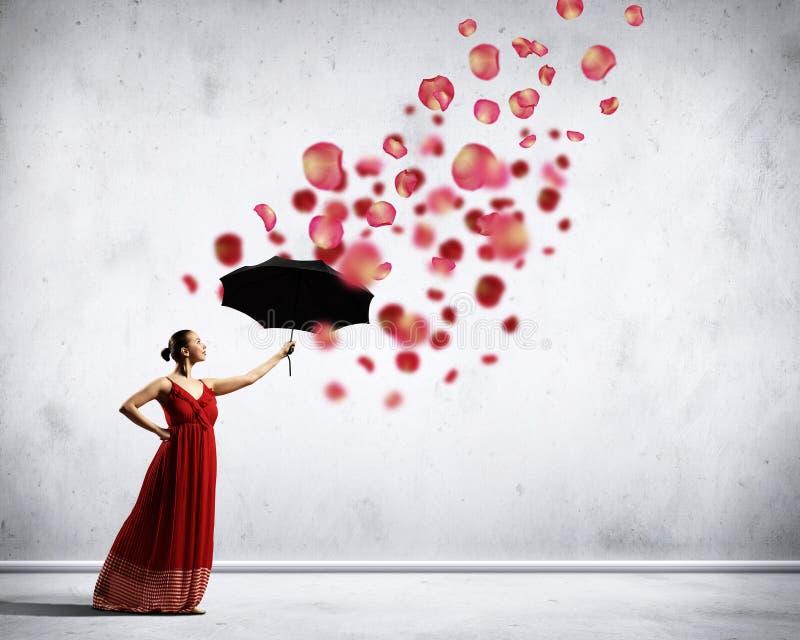 Dançarino de bailado no vestido do cetim do vôo com guarda-chuva imagens de stock