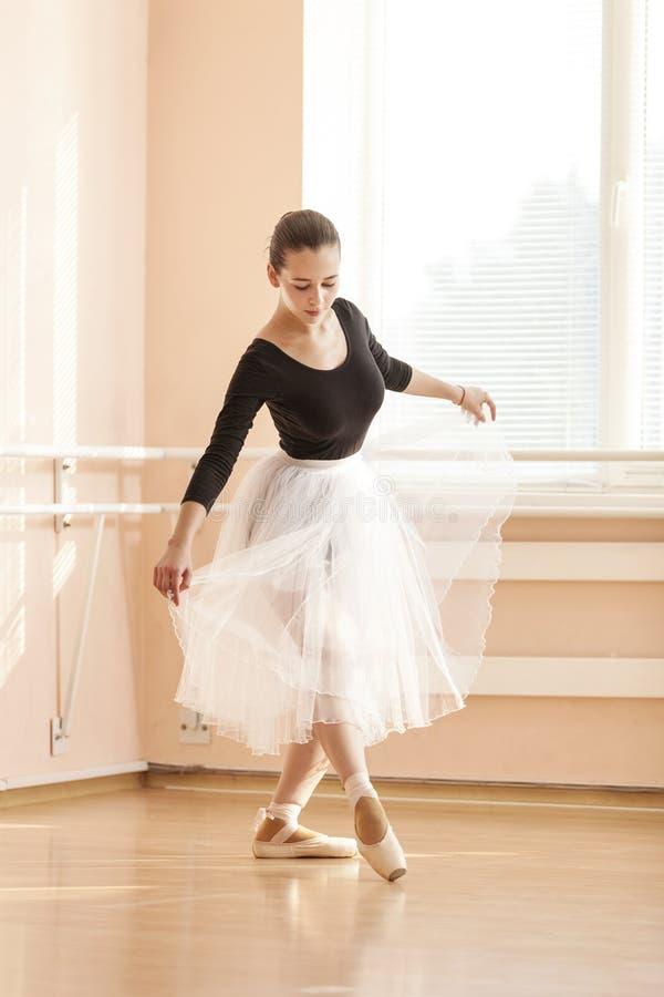 Dançarino de bailado novo fotografia de stock