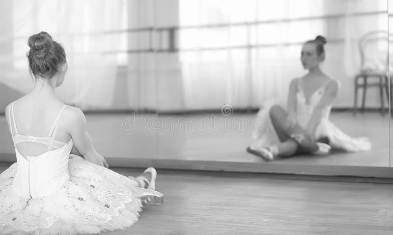 Dançarino de bailado novo em um aquecimento A bailarina está preparando-se a foto de stock royalty free