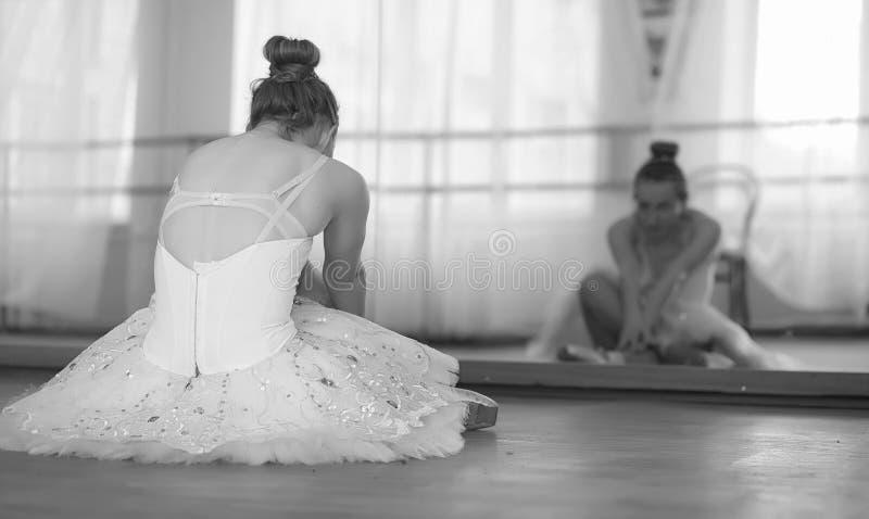 Dançarino de bailado novo em um aquecimento A bailarina está preparando-se a imagem de stock