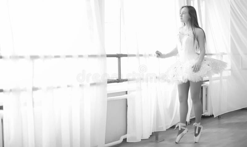 Dançarino de bailado novo em um aquecimento A bailarina está preparando-se a foto de stock