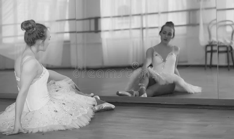 Dançarino de bailado novo em um aquecimento A bailarina está preparando-se a fotos de stock royalty free