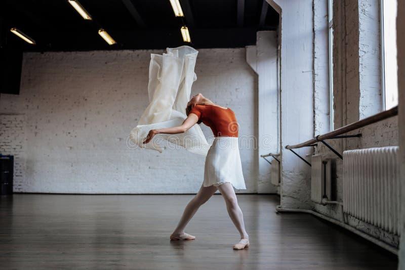 Dançarino de bailado novo magro agradável que inclina-se para trás imagens de stock