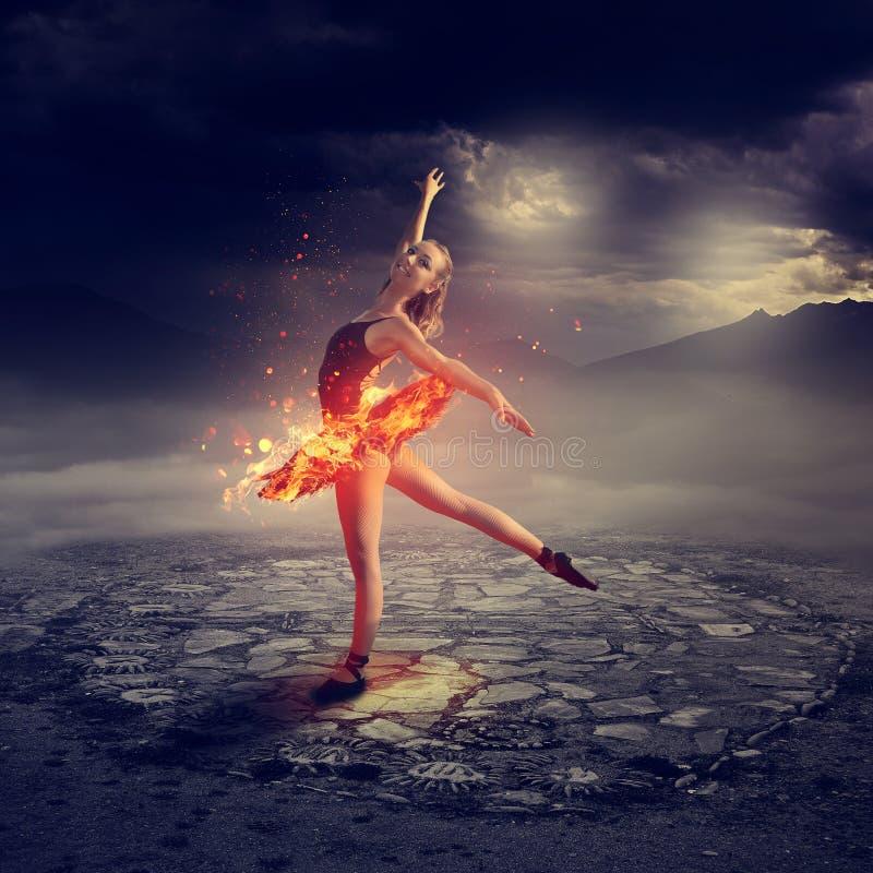 Dançarino de bailado novo no fogo imagens de stock