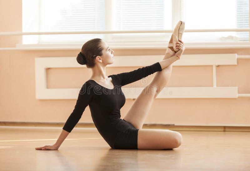 Dançarino de bailado novo que executa o exercício imagem de stock