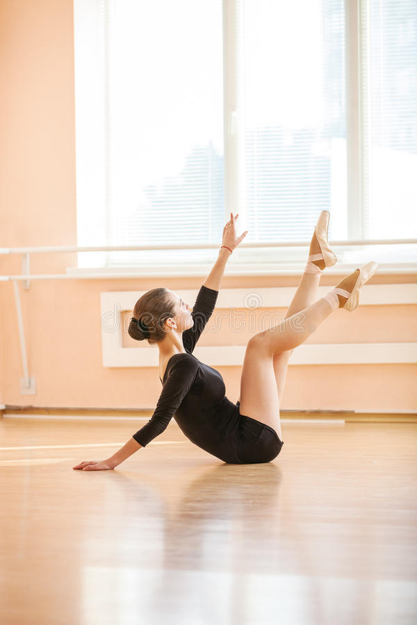 Dançarino de bailado novo que executa o exercício foto de stock