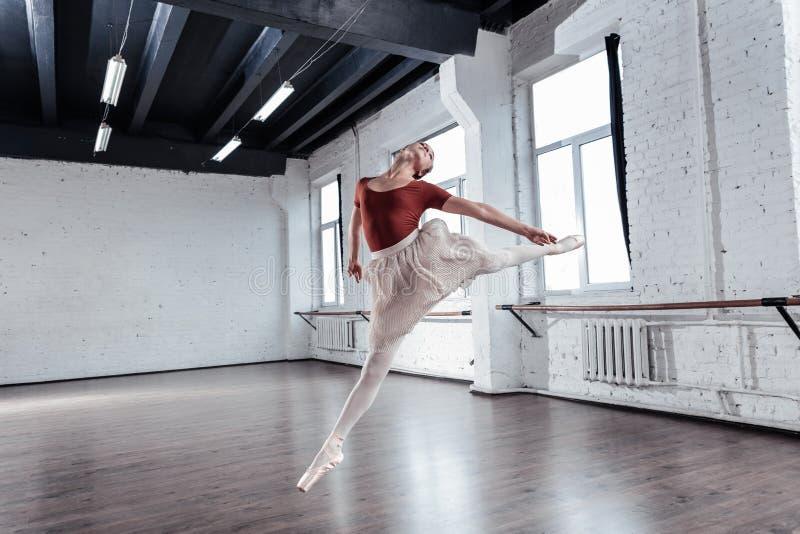 Dançarino de bailado profissional atrativo que mostra suas habilidades imagem de stock royalty free