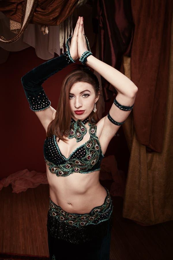 Dançarino de barriga bonito imagens de stock