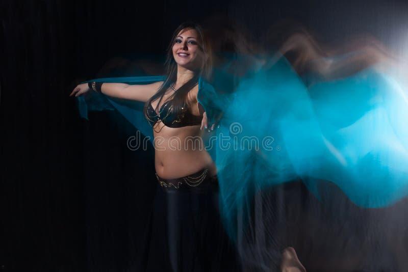 Dançarino de barriga bonito que executa a dança exótica fotos de stock
