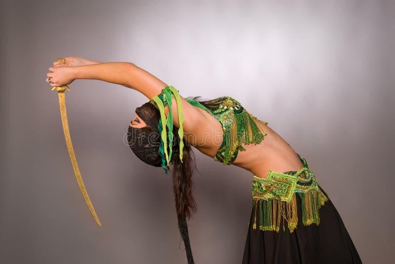 Dançarino de barriga com saber imagens de stock royalty free