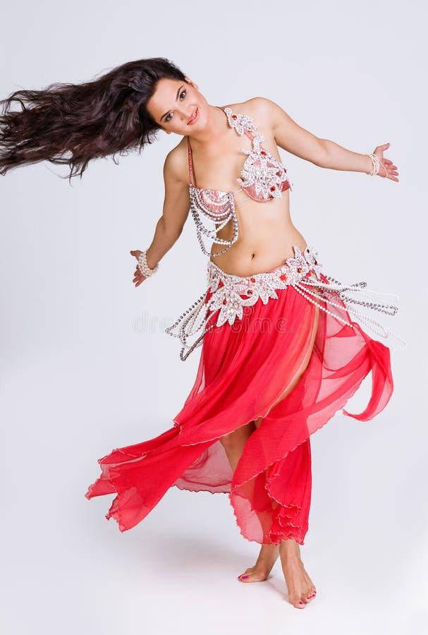 Dançarino de barriga lindo no movimento imagem de stock
