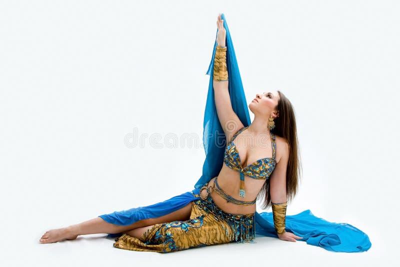 Dançarino de barriga no azul fotos de stock royalty free