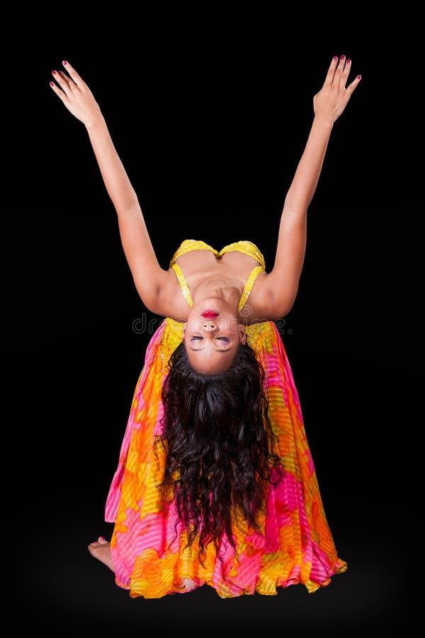 Dançarino de barriga novo no backbend foto de stock royalty free