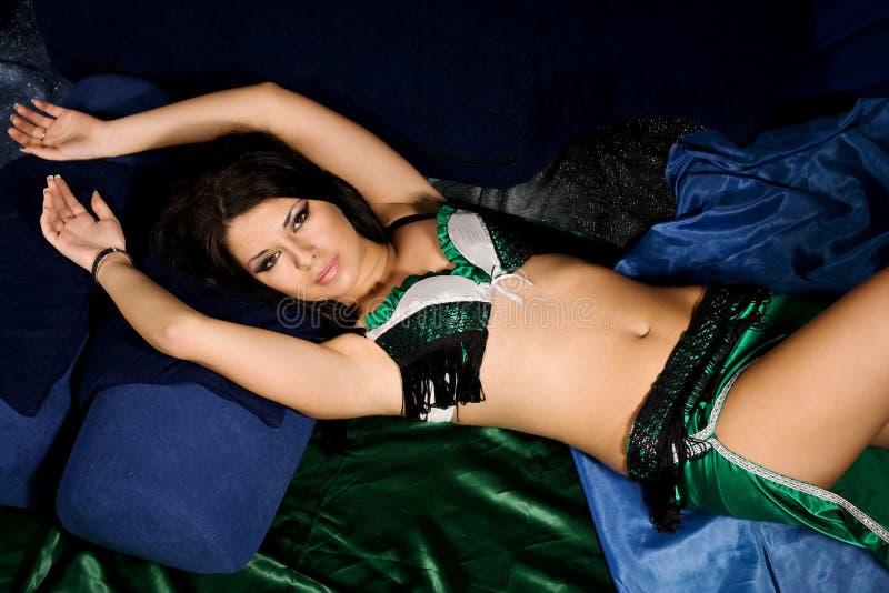 Dançarino de barriga novo 'sexy' fotografia de stock royalty free
