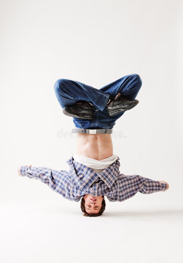 Dançarino de Hip-hop que balança em sua cabeça imagem de stock royalty free
