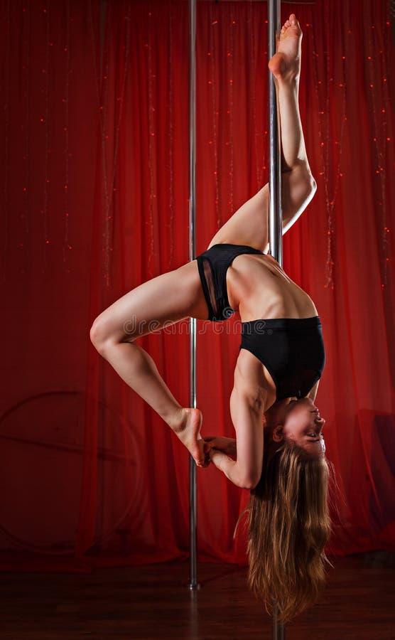 Dançarino de Polo que pendura no pilão imagens de stock royalty free