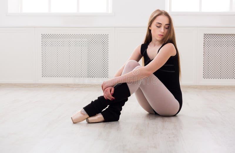 Dançarino do balé clássico que estica na classe de treinamento branca fotografia de stock