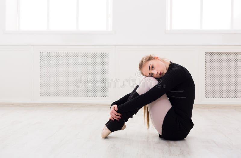 Dançarino do balé clássico que estica na classe de treinamento branca imagens de stock royalty free