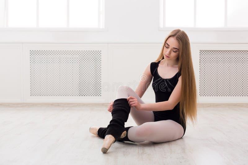Dançarino do balé clássico que estica na classe de treinamento branca imagens de stock
