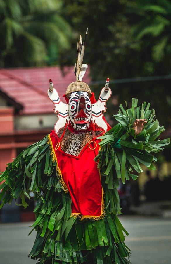 Dançarino do Dayak de Hudoq, tribo nativo de Bornéu fotografia de stock