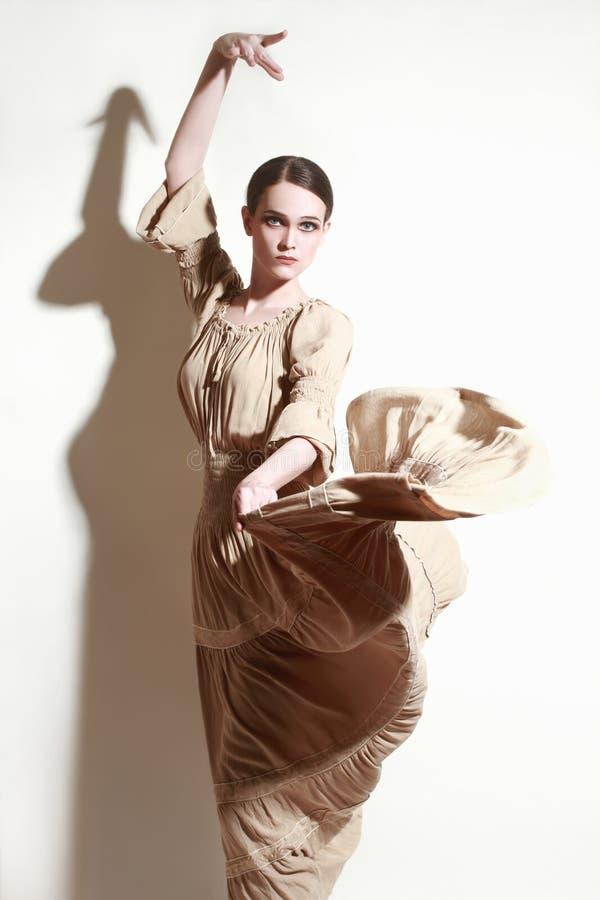 Dançarino do flamenco da dança da mulher no vestido longo do voo fotografia de stock royalty free