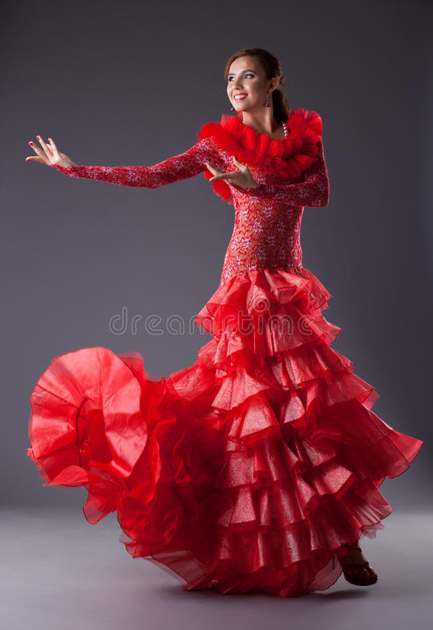 Dançarino do flamenco da mulher nova que levanta no vermelho fotos de stock royalty free