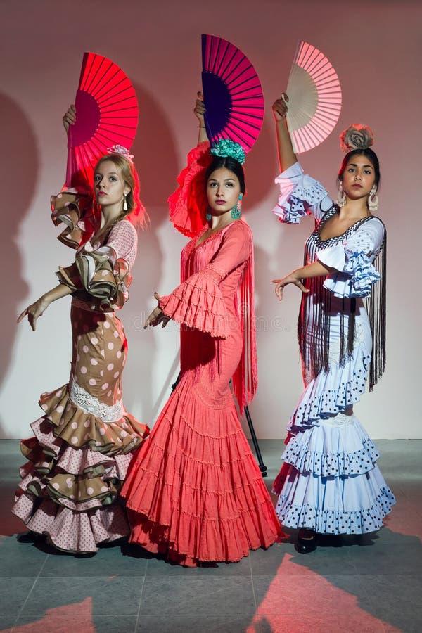 Dançarino do flamenco de consideravelmente três jovens no vestido bonito fotografia de stock royalty free