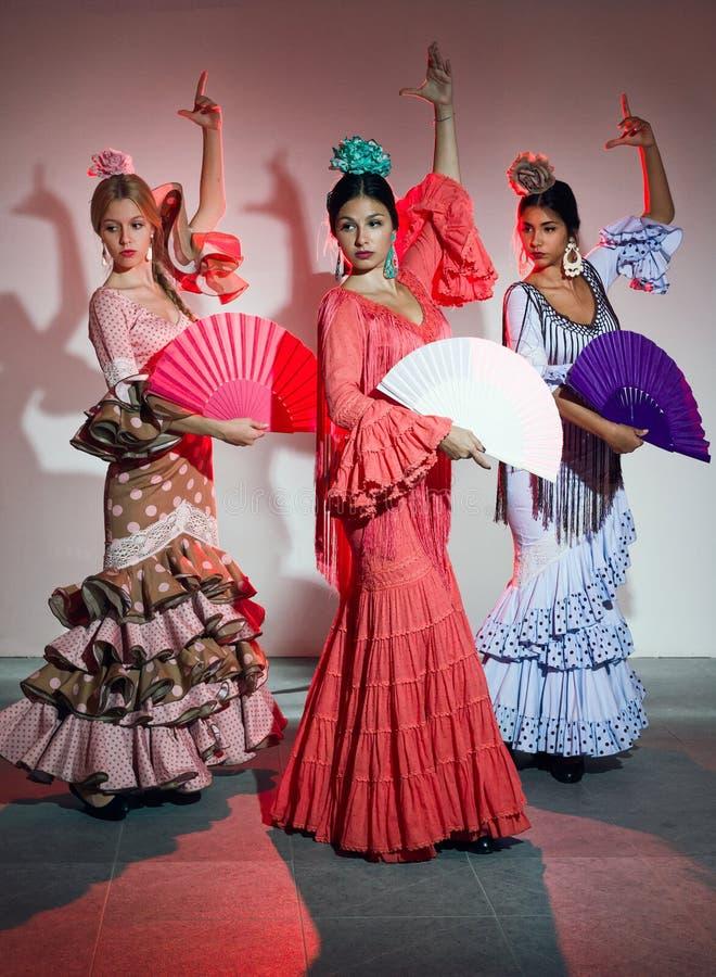 Dançarino do flamenco de consideravelmente três jovens no vestido bonito foto de stock royalty free