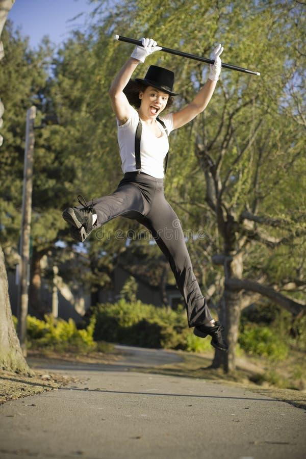 Dançarino do jazz que salta no ar imagens de stock royalty free