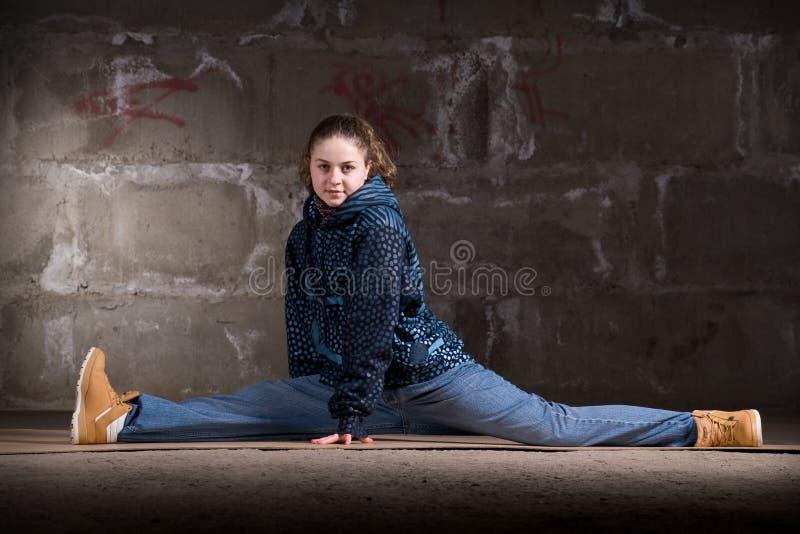 Download Dançarino Do Lúpulo Do Quadril No Estilo Moderno Sobre A Parede De Tijolo Imagem de Stock - Imagem de menina, cinzento: 12804213