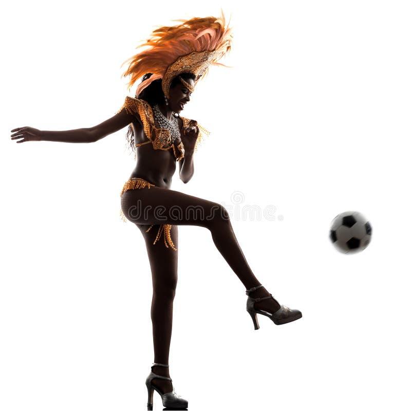 Dançarino do samba da mulher que joga a silhueta do futebol fotos de stock