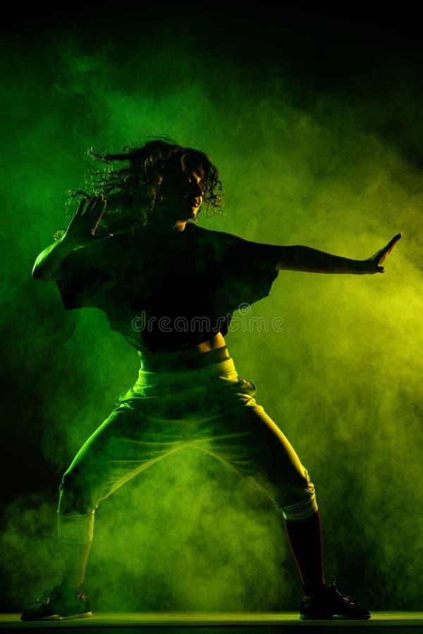 Dançarino do zumba da silhueta com fundo do fumo imagens de stock royalty free