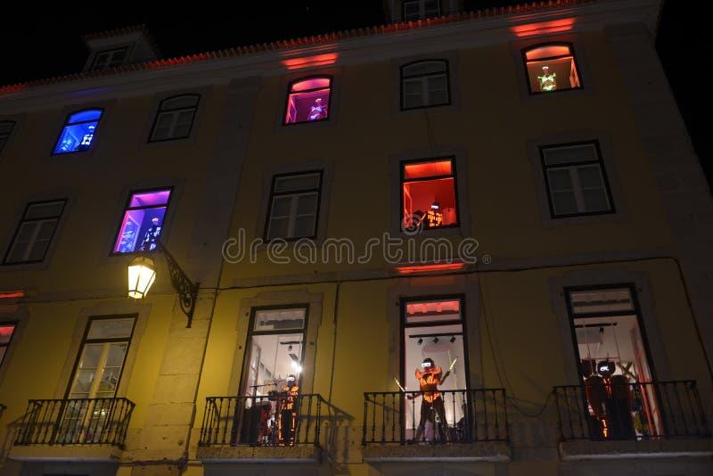 Dançarino e músicos com os ternos coloridos das luzes do diodo emissor de luz foto de stock