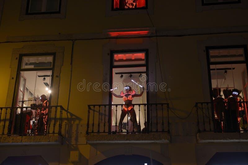 Dançarino e músicos com os trajes vermelhos do diodo emissor de luz, ternos coloridos foto de stock royalty free