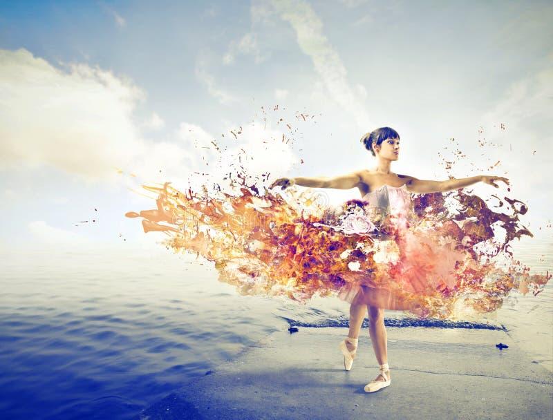 Dançarino em uma doca com um tutu bonito foto de stock