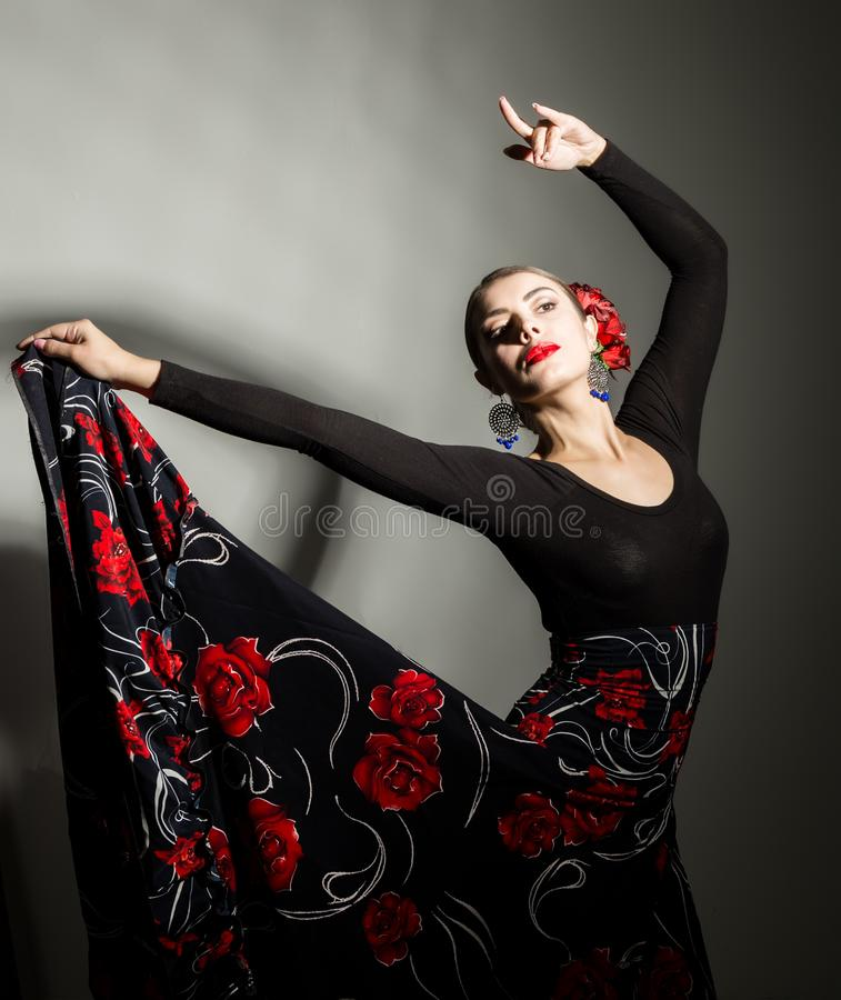 Dançarino espanhol do flamenco da menina em um fundo cinzento imagens de stock