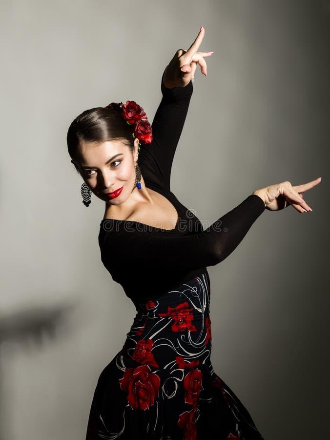 Dançarino espanhol do flamenco da menina em um fundo cinzento fotografia de stock