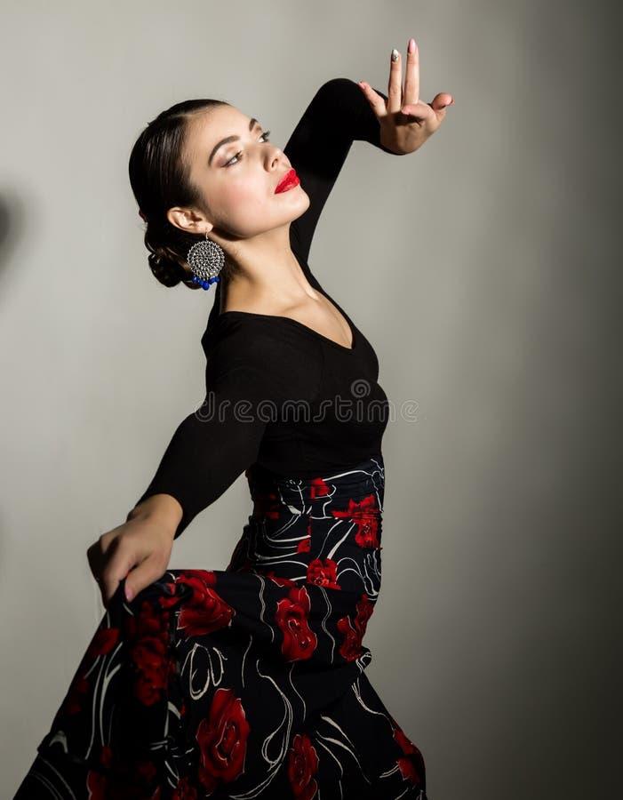 Dançarino espanhol do flamenco da menina em um fundo cinzento fotos de stock royalty free