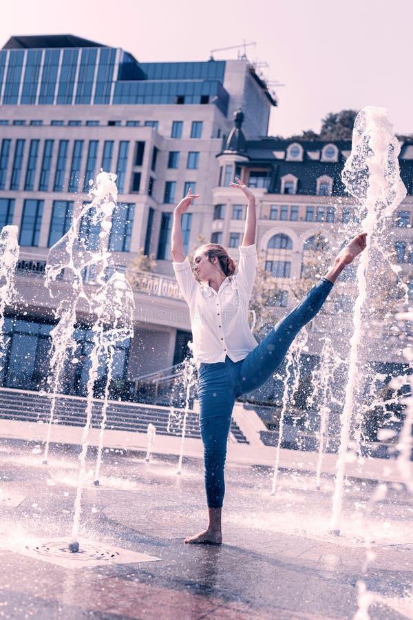 Dançarino fêmea bonito que mantém suas mãos fotografia de stock royalty free