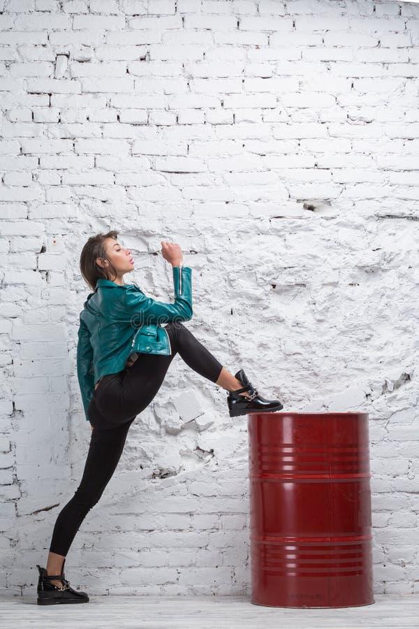 Dançarino fêmea do hip-hop que dança a dança contemporânea imagem de stock
