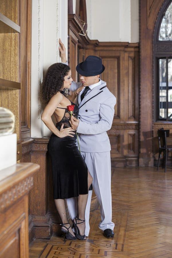 Dançarino Holding Rose While Looking At Partner do tango imagem de stock