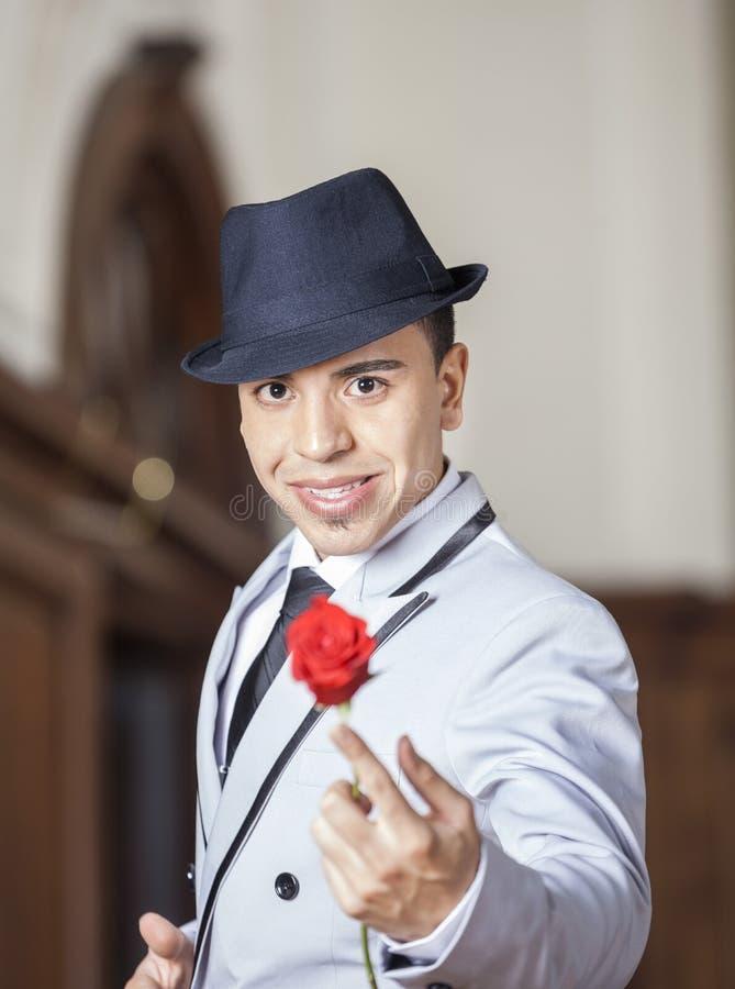 Dançarino Holding Rose While Performing In Restaurant do tango fotos de stock