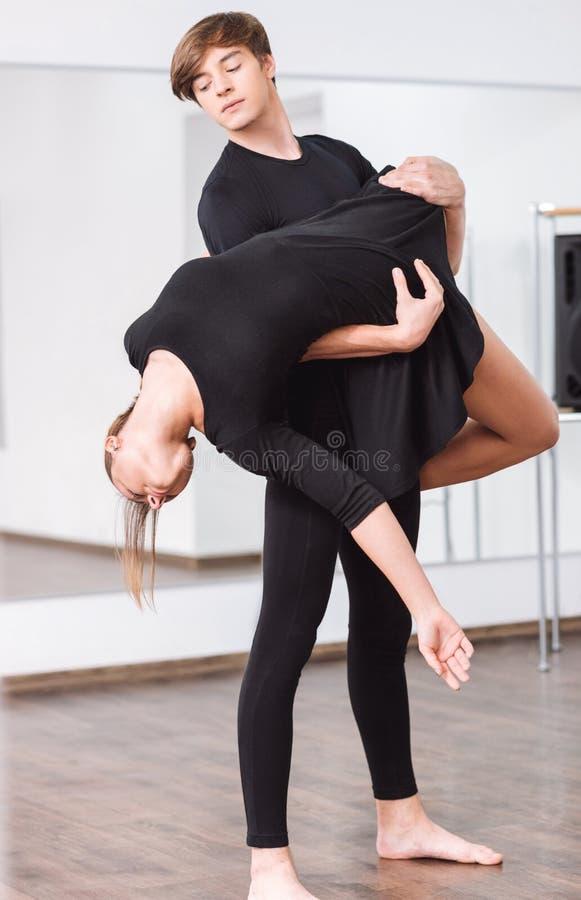 Dançarino masculino considerável que guarda o seu sócio da dança imagens de stock royalty free