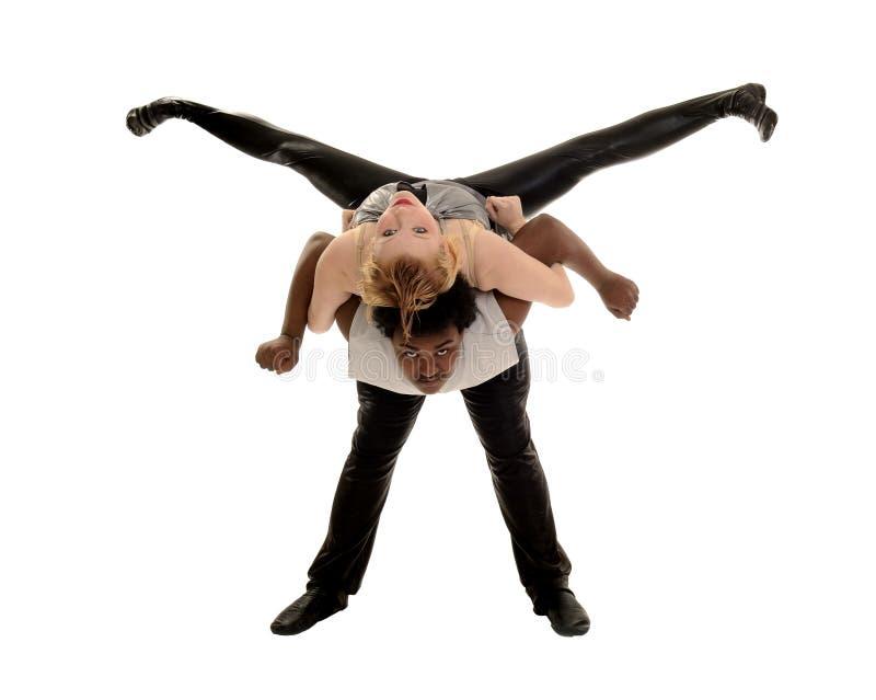 Dançarino masculino e fêmea que executa o elevador da dança do jazz imagens de stock